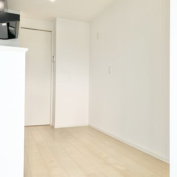 【LDK】後ろには冷蔵庫などが置けます。※写真は9階の同間取り別部屋のものです