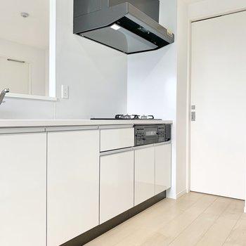 【LDK】白が基調で爽やかな印象のキッチン。※写真は9階の同間取り別部屋のものです