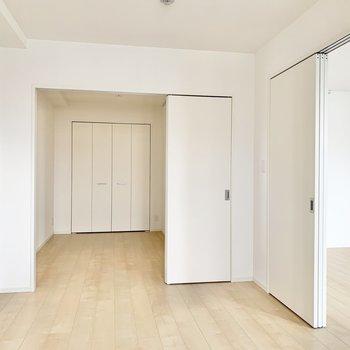 【洋室7帖】奥野洋室へはスライド扉を開けて。※写真は9階の同間取り別部屋のものです