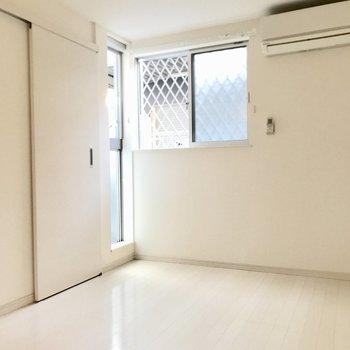 続いて洋室。こちらも窓が多い!(※写真は1階の同間取り別部屋のものです)