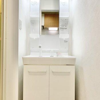 清潔感のある独立洗面台です。※写真はクリーニング前です