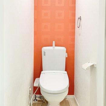 温水洗浄付きの個室トイレ。ポップなオレンジ色が良いですね〜。※写真はクリーニング前です