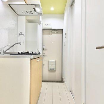 キッチンやサニタリーに繋がってます。ライムグリーンの天井がワンポイント◎※写真はクリーニング前です