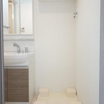洗面台のすぐ横に洗濯機置き場。