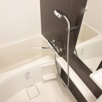 ものを置く場所がとても多い浴室。