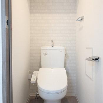 トイレの上に棚があるので、トイレットペーパーの収納もできます◎