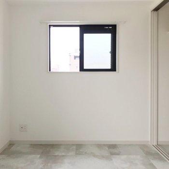 洋室は2帖ほど。セミダブルベッドがぎりぎり入るくらいの広さです。