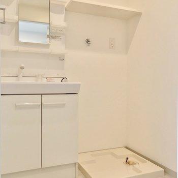 脱衣所には大きな洗面台。洗濯機置場上の棚も便利ですね。