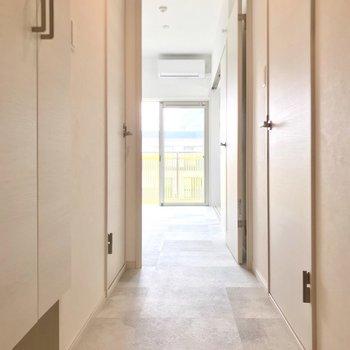 短い廊下を抜けてダイニングへ。