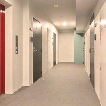 共用廊下は室内です。カラフルで可愛らしいですね。