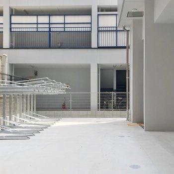 建物の裏に駐輪場とバイク置場。