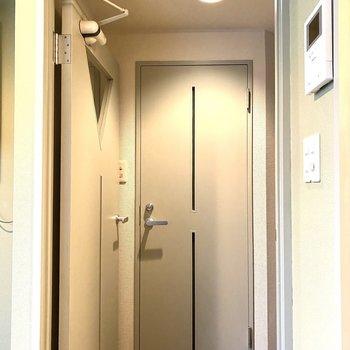 廊下を挟んでトイレがあります。