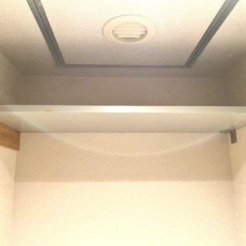 棚もあるので、トイレットペーパーやお掃除用具を置けます。