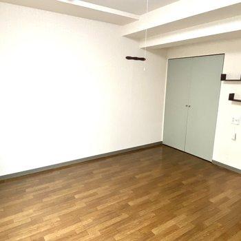 【洋室】洋室は8帖で広々としています。