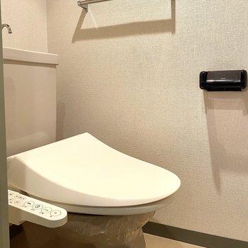 シンプルで清潔感のあるトイレ。 温水洗浄付きです。