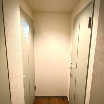 玄関から見るとこんな感じです。