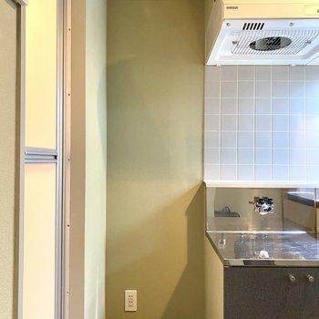 【キッチン】冷蔵庫置き場です。