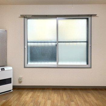 【洋室】南向きに大きな窓があるのがおすすめポイントです!