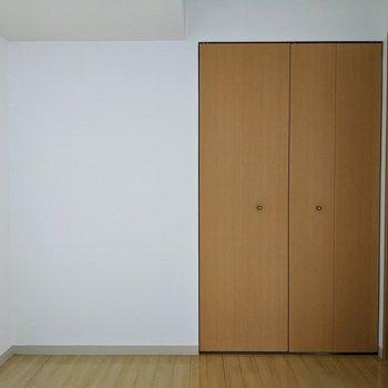 【洋室】シンプルな空間です。写真左側にホワイトのベッドを置くとよさそうですね~。
