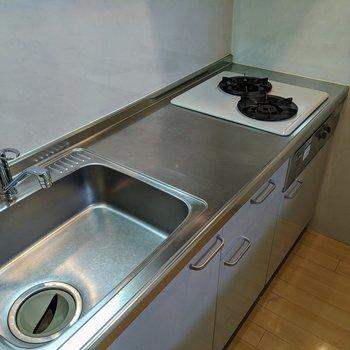 システムキッチンなので2口コンロがついています。調理しやすそうですね~。