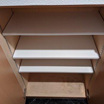横にゆとりをもって3足入る幅のシューズボックスです。