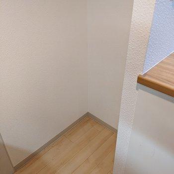 コンロの向かい側に冷蔵庫を置くとよさそうなスペースがあります。