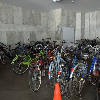 駐車場の奥に屋根のある駐輪場があります。