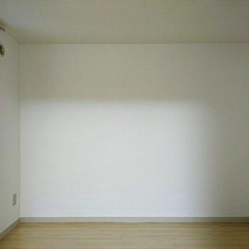 【洋室】約4.26帖のお部屋。こちらは寝室にどうぞ。