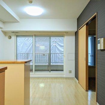 【リビング】3面分の大きな掃き出し窓が特徴的なお部屋です。