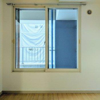【洋室】窓の外はベランダにつながっています。