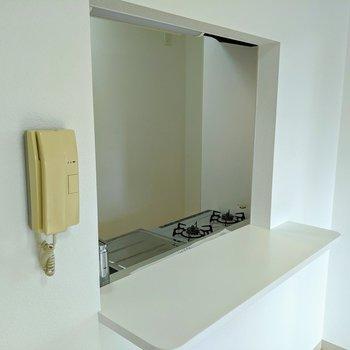 【キッチン】カウンターが付いています。調味料や食器を置くといいかもしれません。