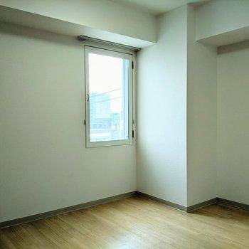 【洋室】窓は東向き。朝日が差し込みます。