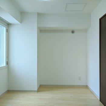 【洋室】約5帖のお部屋。寝室にするといいですね。