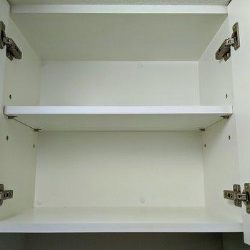 トイレ上に2段収納があります。日用品の予備や掃除道具をどうぞ。