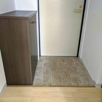 玄関はタイル床。