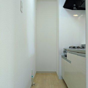 【キッチン】1人が通れる広さ。冷蔵庫は一番奥におけるスペースありますよ。