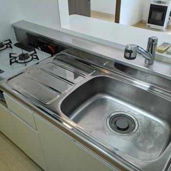 【キッチン】キッチンはコンロ設置済み。すぐに調理ができますね。