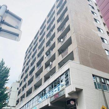 9階建ての3階、そして1階には様々なテナントが入っていました。