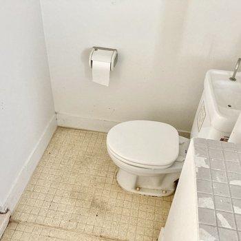 トイレは奥にありますよ。シンプルなタイプです。(※写真は清掃前のものです)