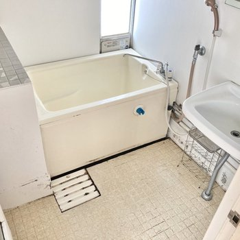 お風呂は1つにまとまっています。(※写真は清掃前のものです)