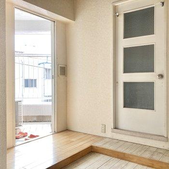 こちらのドアからバルコニーに出られますよ。(※写真は清掃前のものです)