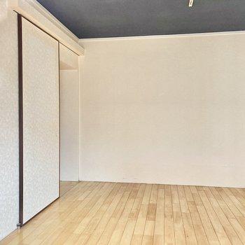 天井が黒なので、お部屋がキリッと引き締められています。(※写真は清掃前のものです)