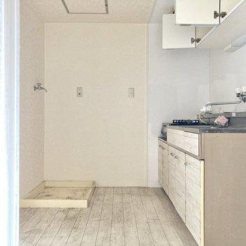 キッチンは玄関前に。(※写真は清掃前のものです)