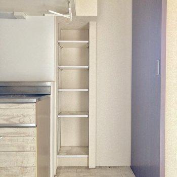 可動式の棚もあります。食品のストック置き場に◎(※写真は清掃前のものです)