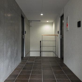 今回のお部屋は階段すぐの角部屋です。