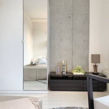 お部屋の一部がコンクリート打ちっ放しになっています。※家具・雑貨はサンプルです