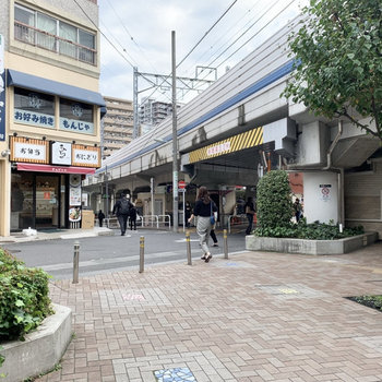駅前には飲食店がちらほら。