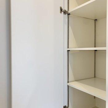 シューズボックス棚は可動式。ブーツやヒールも問題なくしまえそう。