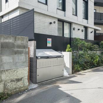 ゴミ置場は建物前に。