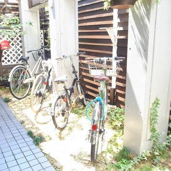 【共用部】通路の途中に駐輪場があります。
